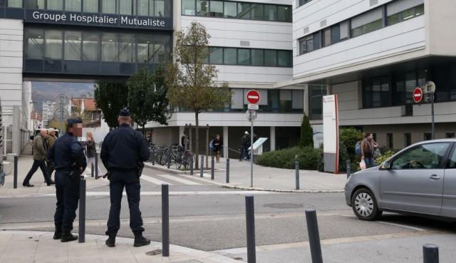 a-15-heures-la-clinique-d-alembert-a-grenoble-sous-surveillance-des-forces-de-l-ordre-photo-le-dl-marc-greiner